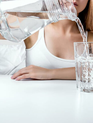 Чому слід пити воду вранці перед чищенням зубів?